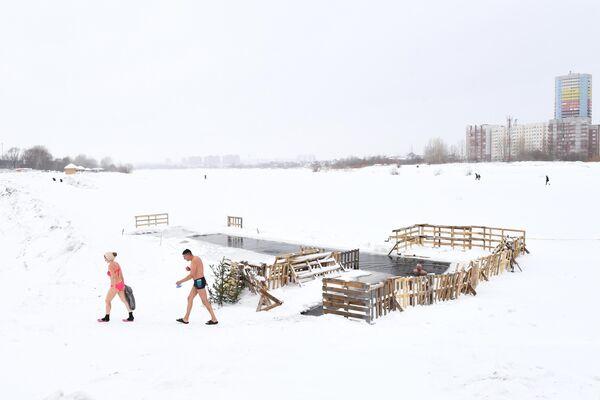 Члены клуба закаливания и зимнего плавания на регулярной тренировке на озере в Ленинском районе Новосибирска