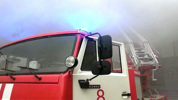 Кровля министерства промышленности Дагестана загорелась в Махачкале из-за пожара, который возник в расположенном рядом ангаре