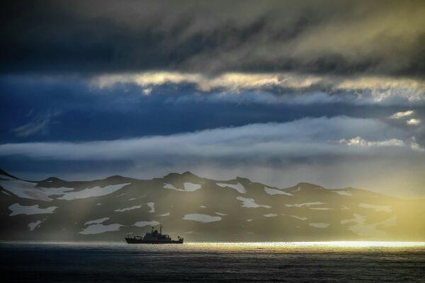 Исследовательское судно Адмирал Владимирский на пути из Монтевидео в Антарктиду