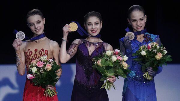 Призеры чемпионата Европы по фигурному катанию в женском одиночном катании на церемонии награждения