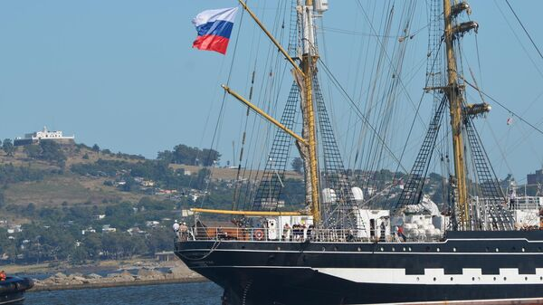 Российский парусник Крузенштерн зашел в порт Монтевидео