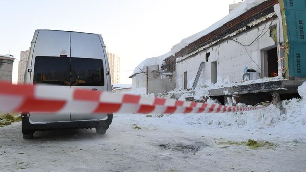 Автомобиль следственного комитета РФ на месте обрушения кровли кафе в Новосибирске