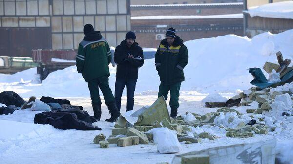 Сотрудник следственного комитета РФ и сотрудники ЖКХ на месте обрушения кровли кафе в Новосибирске