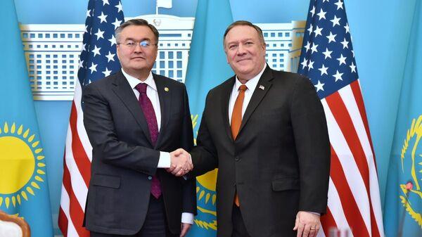 Министр иностранных дел Казахстана Мухтар Тлеуберди и госсекретарь США Майк Помпео во время встречи в Нур-Султане