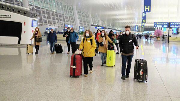 Пассажиры в аэропорту Тяньхэ, провинция Хубэй, КНР
