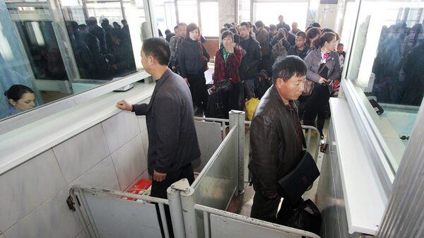 Граждане КНР во время прохождения пограничного контроля