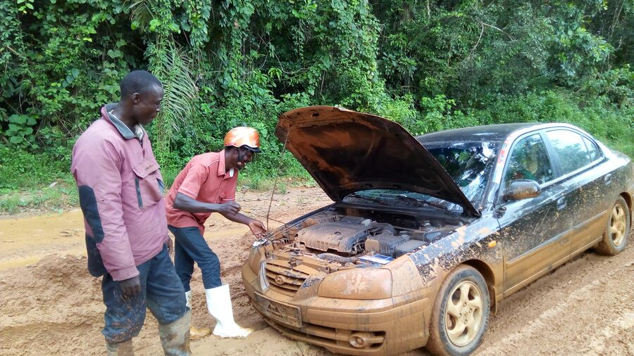 Африка. Сьерра-Леоне. Африканцы вытаскивают из грязи мою застрявшую машину