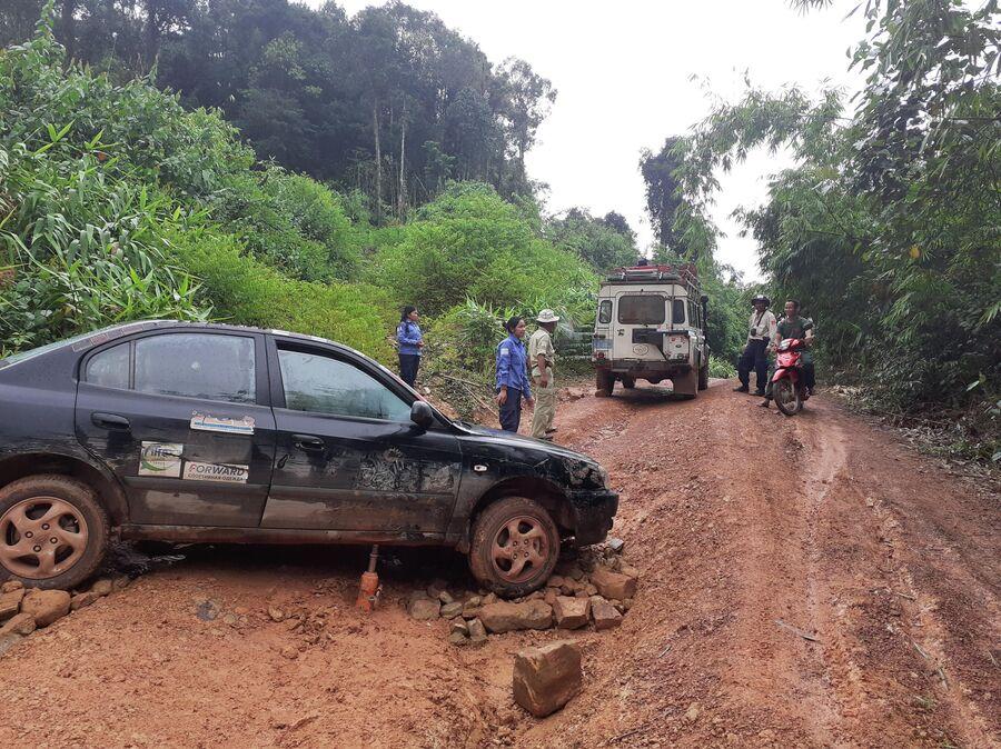 Камбоджа. Дорогу размыло после ливня, пришлось вытаскивать колеса из ямы домкратом и подкладывать камни, чтобы выбраться