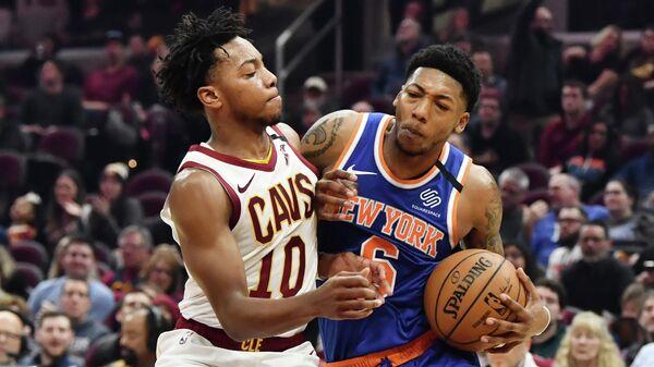 Игрок БК Нью-Йорк Никс Элфрид Пэйтон (справа) и игрок БК Кливленд Кавальерс Дариус Гарленд в матче регулярного чемпионата НБА