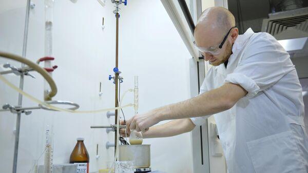 В лаборатории органического синтеза в химико-фармацевтическом центре УрФУ, где разработали препарат Триазавирин