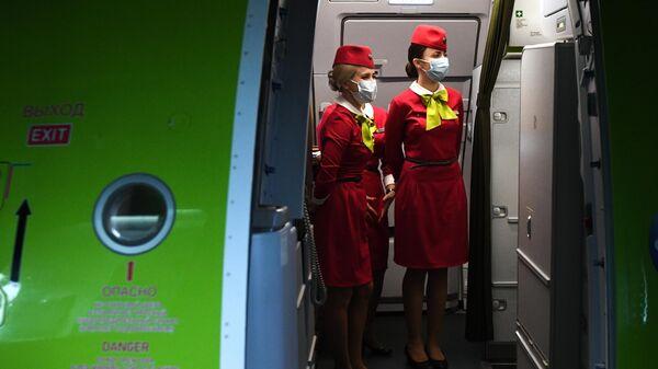 Бортпроводницы рейса авиакомпании S7 в аэропорту Толмачево