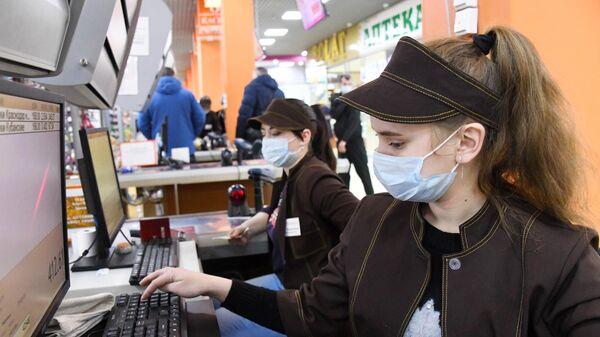 Сотрудники супермаркета Караван в Чите во время усиления дезинфекционного режима
