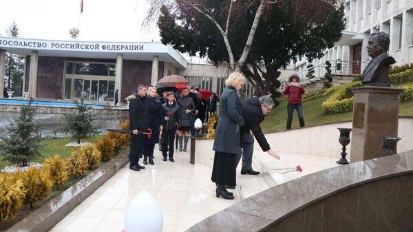 Посол РФ в Анкаре Алексей Ерхов с супругой во время возложения цветов к бюсту Андрея Карлова