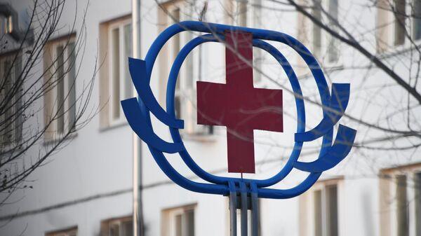 Знак красного креста на здании больницы