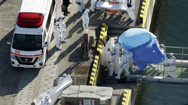 Эвакуация пассажира круизного судна Diamond Princess с положительным тестом на коронавирус в Йокогаме. 4 февраля 2020