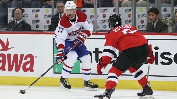 Нападающий ХК Монреаль Илья Ковальчук (слева) и защитник ХК Нью-Джерси Уилл Бутчер в  матче регулярного чемпионата НХЛ
