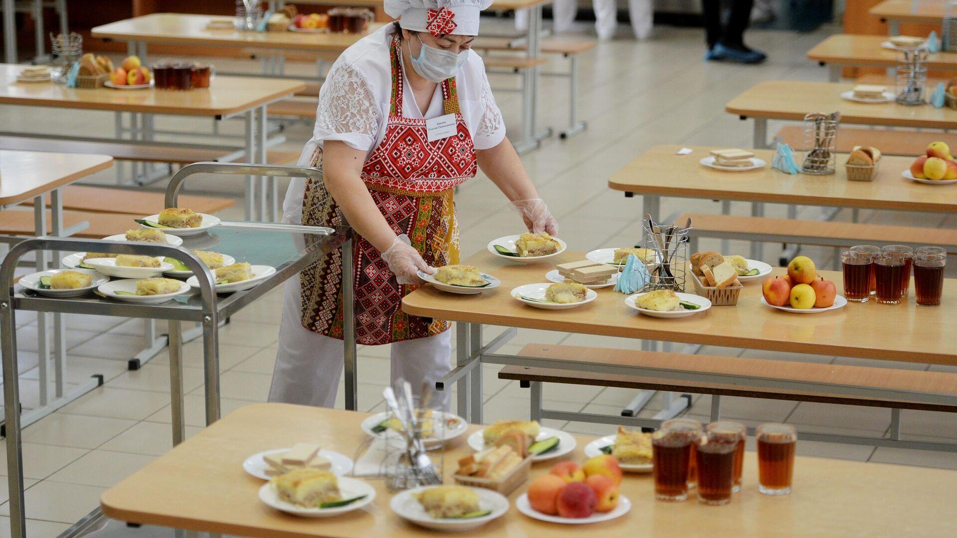 Работница школьной столовой разносит тарелки с едой к обеду учеников - РИА Новости, 1920, 03.03.2021