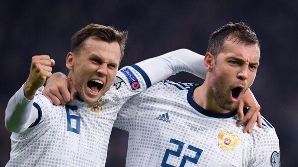 Игроки сборной России по футболу Денис Черышев и Артём Дзюба