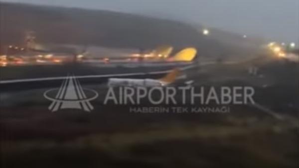 В Стамбуле самолет при жесткой посадке разбился на три части