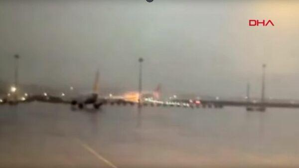 Видео жесткой посадки самолета в аэропорту Стамбула