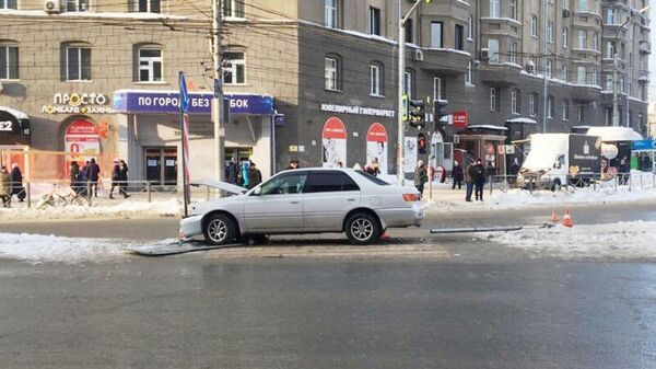 Автомобиль Toyota Corolla врезался в находившихся на регулируемом пешеходном переходе людей в Новосибирске