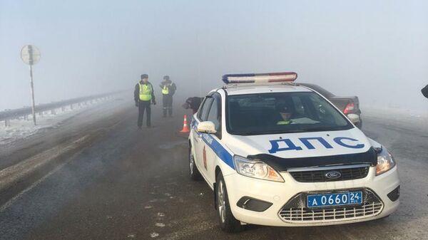 Госавтоинспекторы в ручном режиме регулируют движение на участке дороги в районе деревни Сухая Балка, Красноярского края