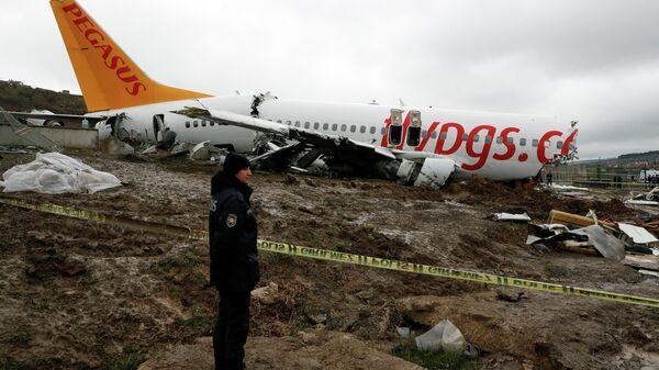 Полиция на месте жесткой посадки самолета Boeing-737 авиакомпании Pegasus в Международном аэропорту имени Сабихи Гекчен в Стамбуле
