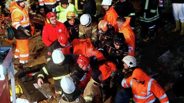 Эвакуация пострадавших при жесткой посадке самолета Boeing-737 авиакомпании Pegasus в Международном аэропорту имени Сабихи Гекчен в Стамбуле