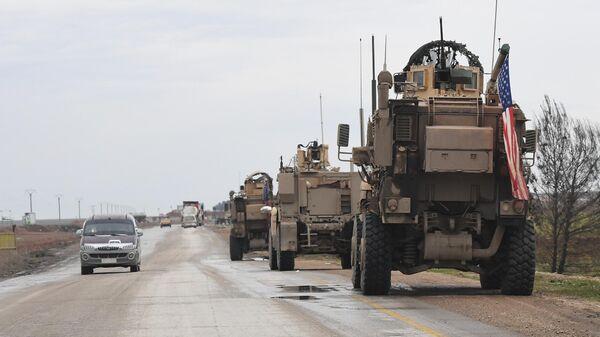 Военный патруль США на дороге из Ракки в Хасеке