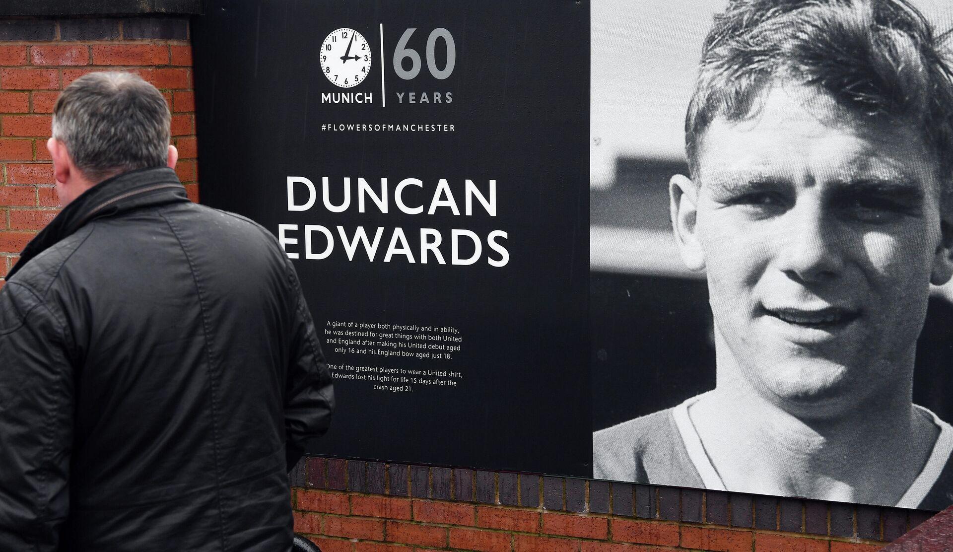 Плакат с изображением Данкана Эдвардса в день 60-й годовщины со дня трагедии с клубом Манчестер Юнайтед - РИА Новости, 1920, 06.02.2020