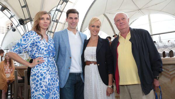 Светлана Бондарчук, Дмитрий Дюжев с женой Татьяной и Борис Ноткин