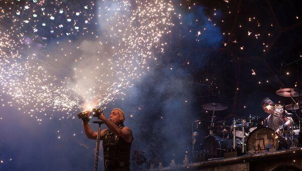 Солист немецкой группы Rammstein Тиль Линдеманн выступает на фестивале Рок над Волгой. Архивное фото