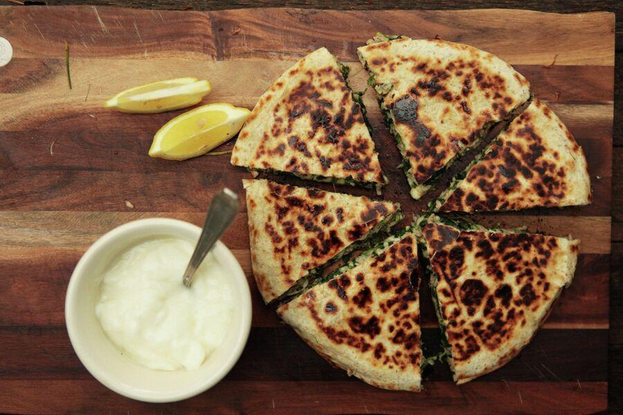 Завтрак по-мексикански: сэндвич из плоских лепешек с тунцом, сыром и зеленью