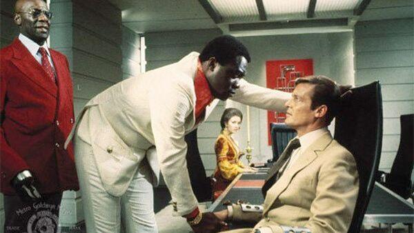 Яфет Котто в роли Кананги (Мистер Биг) и Роджер Мур в роли Джеймса Бонда в фильме «Живи и дай умереть» (1973). Архивное фото