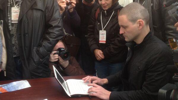 Удальцов голосует на выборах в Координационный совет оппозиции в шатре на Трубной площади