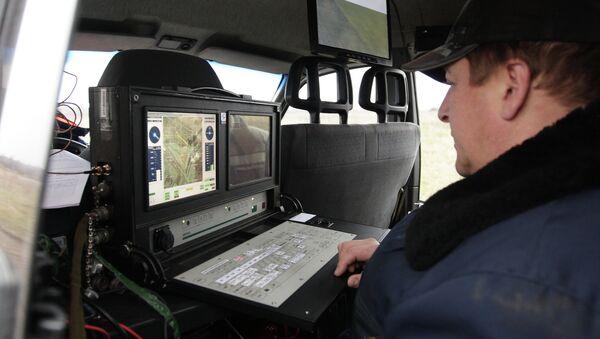Сотрудник МЧС работает с беспилотником, архивное фото