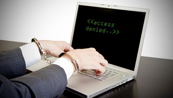 Работа за компьютером в наручниках. Архивное фото