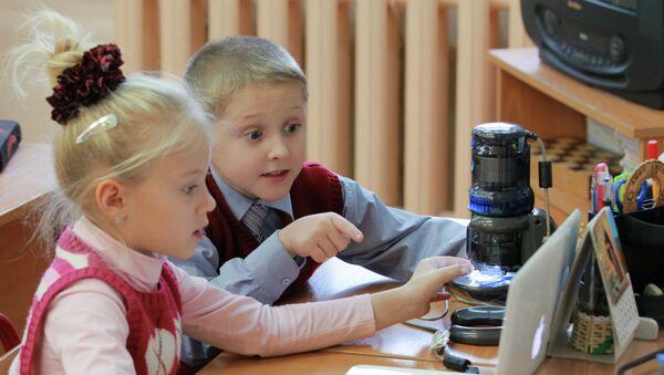 Дети во время занятий в школе. Архив