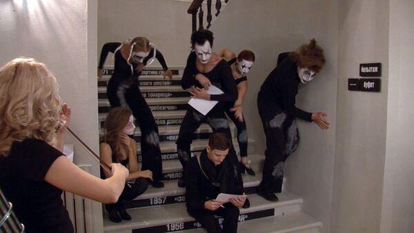 Актеры на лестнице, зрители на сцене: юбилей театра им. Маяковского