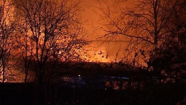 Пламя от горящего склада озаряло вечернее небо Великого Новгорода