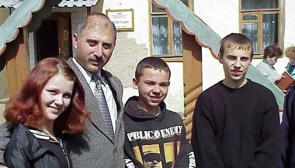 Директор Муромского детского дома № 1 Мартин Саргсян с детьми