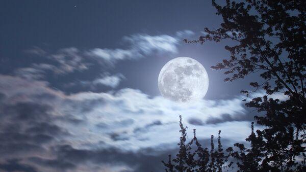 Облака над полной луной