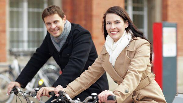Пара катается на велосипедах