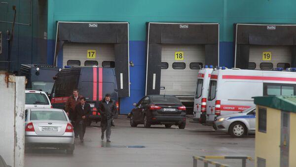 На месте происшествия на территории складов на Чермянской улице, где неизвестный открыл стрельбу. Пять человек погибли.
