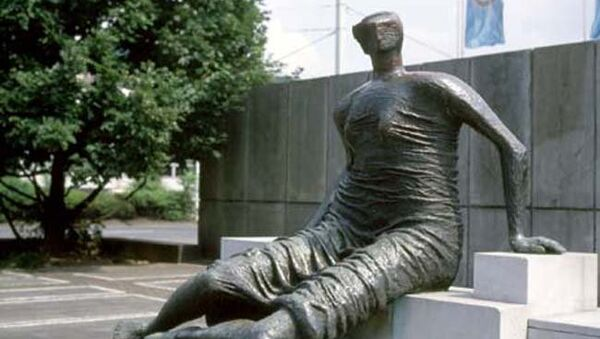Скульптура Генри Мура Сидящая женщина в драпировке (1957-58)