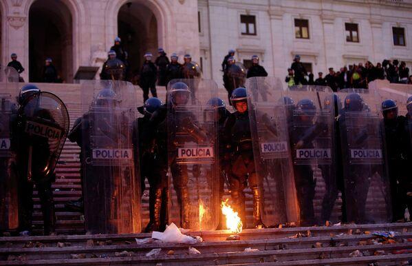 Полицейское оцепление в Лиссабоне во время всеобщей забастовки
