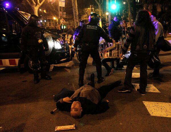Полицейские и участники всеобщей забастовки в Барселоне