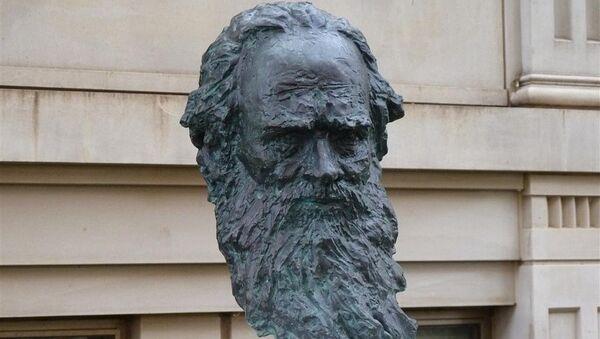 Памятник Льву Толстому. Архивное фото