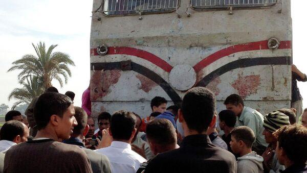 Столкнувшийся с автобусом поезд в Каире, Египет