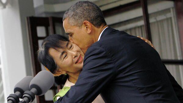 Президент США Барак Обама целует лидера бирманской (мьянманской) оппозиции Аун Сан Су Чжи во время их встречи в Янгоне